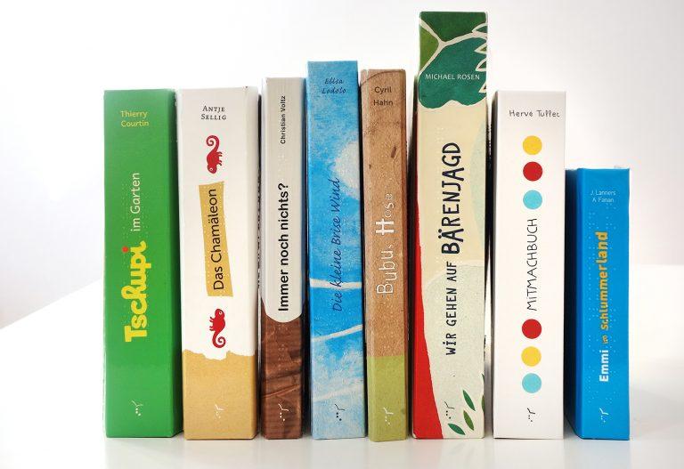 Buchrücken von Kinderbüchern mit Braille