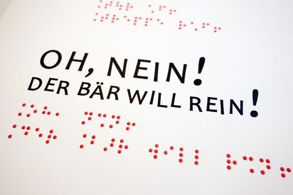 Rote Punktschrift und schwarze Großschrift